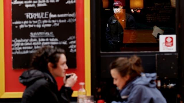 A la terrasse d'un restaurant à Paris le 6 octobre 2020