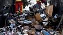 Pompiers éteignant l'incendie d'un fourgon de cigarettes attaqué par un commando, à Marseille. Un commando puissamment armé s'est emparé du contenu du fourgon pour un préjudice estimé à 700.000 euros. /Photo prise le 28 septembre 2011/REUTERS/Jean-Paul Pé