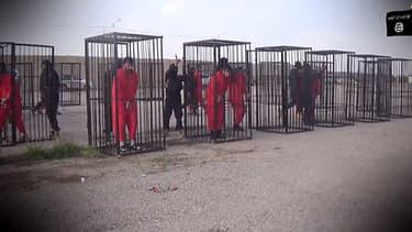 Capture d'écran tirée d'une vidéo diffusée dimanche 22 février par l'EI, montrant des combattants kurdes enfermés dans des cages.