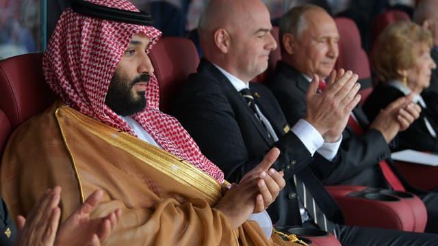 Mohammed ben Salmane, le prince héritier d'Arabie saoudite, lors de la Coupe du monde 2018 avec Gianni Infantino, président de la Fifa, et Vladimir Poutine, président de la Russie