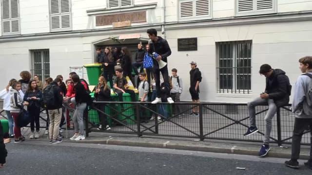 Plusieurs lycées parisiens sont bloqués ce mardi.