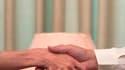 Une poignée de main ferme serait le signe d'une plus longue espérance de vie, avancent des chercheurs britanniques dans une étude publiée lundi par le British Medical Journal. /Photo d'archives/REUTERS/Faisal Mahmood