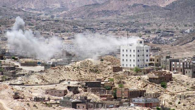 De la fumée s'élève lors d'affrontements aux environs de Taez (mai 2015)