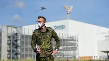 Un soldat le 19 juin 2020 devant les locaux de l'abattoir Tönnies, à Rheda-Widenbrück (Allemagne), où des centaines de cas de coronavirus ont été détectés.