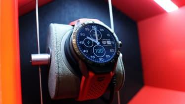 La marque horlogère suisse arrête provisoirement les ventes en ligne de sa montre connectée, devant le succès de ses commandes.