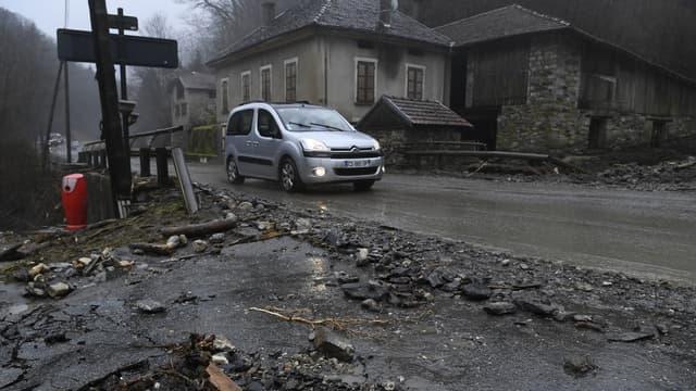 Dans le village de Moretel-de-Mailles, dans l'Isère, où une nonagénaire est morte d'une crise cardiaque après que sa maison a été envahie par une coulée de boue.