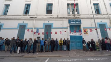 File d'attente devant un bureau de vote, à Tunis, le 23 novembre.