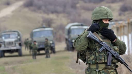 Près de Simferopol, en Crimée, des soldats lourdement armés bloquent dimanche 2 mars l'accès à une frontière ukrainienne.