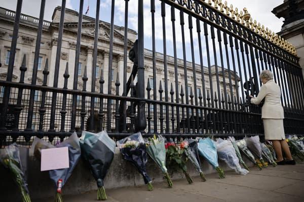 Des fleurs déposées devant Buckingham Palace, le 9 avril 2021, après l'annonce de la mort du prince Philip