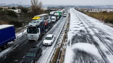 Des camions et voitures ralentis avec la neige le 28 février 2018 près de Sète, dans le sud de la France.
