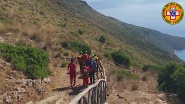 Les secours italiens dans la région de Salerne au sud de Naples, là où a disparu le jeune Simon Gautier.