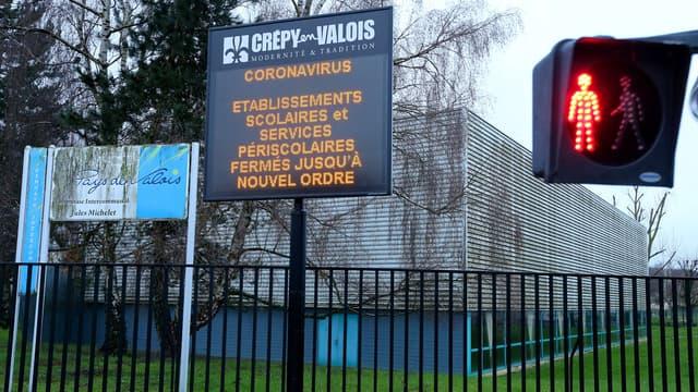 Un panneau annonçant la fermeture des établissements scolaires à Crépy-en-Valois (Oise), en raison de la diffusion de l'épidémie de coronavirus.