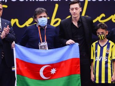 Mesut Ozil posant derrière un drapeau de l'Azerbaïdjan, à Istanbul le 27 janvier 2021