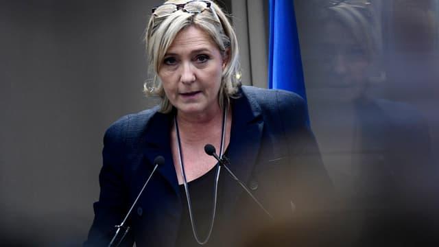 Marine Le Pen souhaite l'abandon de l'euro.