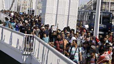 Les migrants, parmi lesquels des enfants et des personnes en fauteuil roulant, ont traversé l'un des principaux pont sur le Danube sans être inquiétés par les forces de l'ordre.