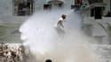 Canon à eau contre les manifestants yéménites à Taïz. Les forces de sécurité yéménites ont fait au moins dix blessés en ouvrant le feu lundi à Taïz pour bloquer une manifestation de milliers de personnes, tandis que l'incertitude entourait un projet de rè