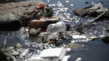Des déchets plastiques sur les rives de la rivière Jukskei à Johannesburg, le 3 juin 2018. (Photo d'illustration)
