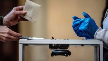 Une urne lors du 1er tour des élections municipales.
