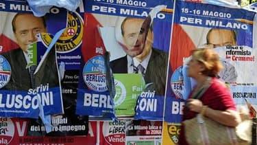 Affiches électorales dans une rue de Milan. Silvio Berlusconi risque un cuisant revers, voire une humiliation dans son fief de Milan, lors du second tour d'élections municipales et régionales organisé ce dimanche et lundi en Italie. /Photo prise le 26 mai
