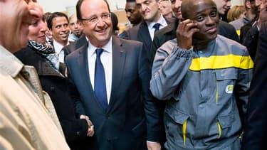 """François Hollande s'est rendu mardi aux Mureaux, dans les Yvelines, non loin de Paris, renouant ainsi avec les déplacements de terrain pour marteler son objectif d'inverser la courbe du chômage avant la fin de l'année, même s'il reconnaît que """"peu y croie"""