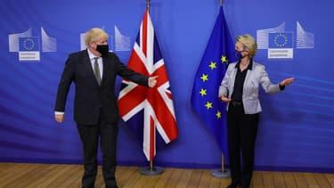 Le Premier ministre britannique Boris Johnson (g) et la présidente de la Commission Ursula von der Leyen, le 9 décembre 2020 à Bruxelles