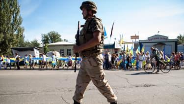 Un soldat ukrainien lors des célébrations de la fête de l'indépendance en Ukraine, le 24 août 2014 dans la région de Donetsk.