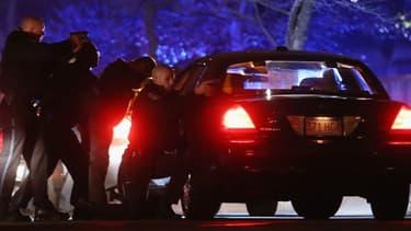 Les policiers américains lors de l'affrontement avec les deux suspects, à Watertown, près de Boston.