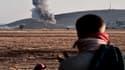 De la fumée s'élève au-dessus de la ville de Kobané, à la frontière turco-syrienne, après une frappe aérienne, le 8 octobre 2014. La ville est menacée de tomber aux mains des jihadistes de Daesh.