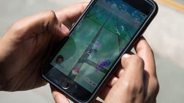 Un homme joue à Pokémon Go à New York, le 11 juillet 2016 (image d'illustration).