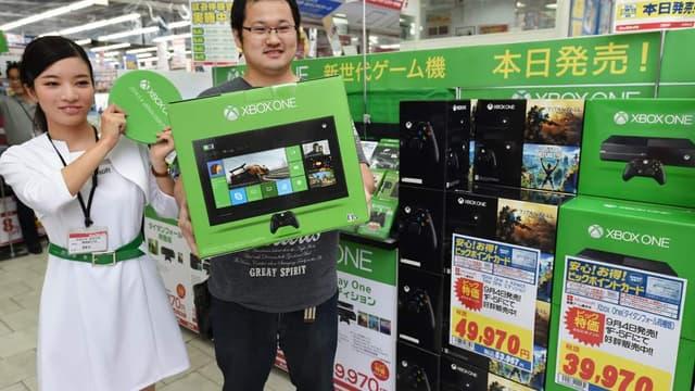 Un acheteur de la XBox one, lors du lancement de la console au Japon, le 4 septembre dernier.