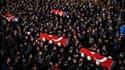 Des cercueils transportant les dépouilles de victimes de l'attentat d'Istanbul sont portés par la foule, le 11 décembre.