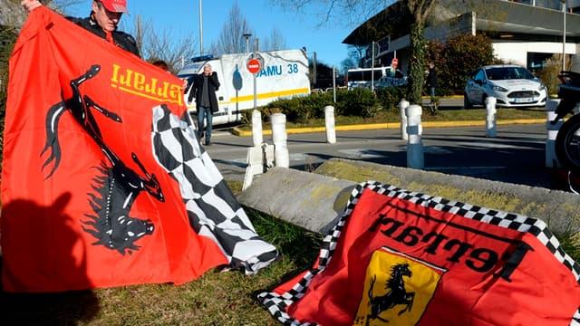 Des fans de Ferrari devant le CHU de Grenoble