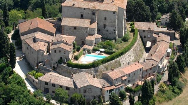 le château de Sismano en Italie est à vendre, avec le village