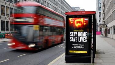 Une publicité encourage les Britanniques à respecter le confinement à Londres, le 8 janvier 2021