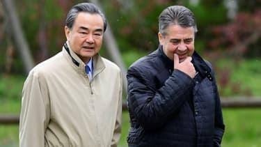 Le chef de la diplomatie chinoise Wang Yi et son homologue allemand Sigmar Gabriel à Berlin, le 26 avril 2017