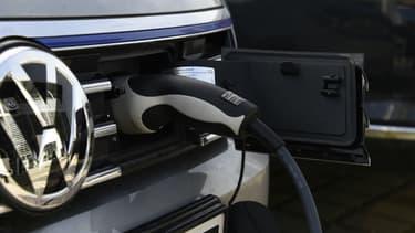 Elle est souvent présentée comme 'LA' solution à la pollution, et désormais au prix élevé du carburant, mais la voiture électrique est-elle plus vertueuse que ses cousines thermiques ?