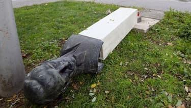 Le monument  lui est retombé sur la jambe.