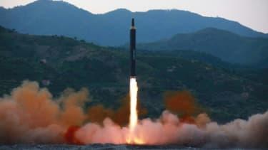 Photo d'illustration fournie le 14 mai 2017 par l'agence officielle nord-coréenne Kcna d'un tir de missile balistique nord-coréen dans un lieu non précisé  , KCNA VIA KNS/AFP