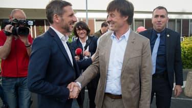 Le ministre de la Transition écologique et solidaire Nicolas Hulot, à droite, serre la main de Matthieu Orphelin, alors candidat LaREM à la députation dans le Maine-et-Loire.