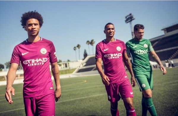 Leroy Sané, Danilo et Ederson avec le nouveau maillot extérieur de Manchester City