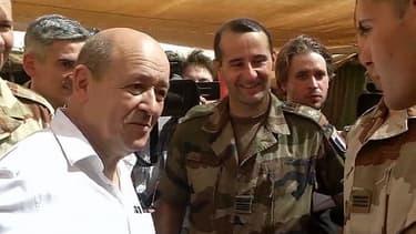 Jean-Yves Le Drian, le ministre de la Défense avec les troups françaises au Mali