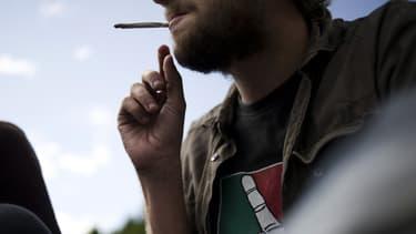 Une personne fume un joint (illustration)