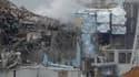 Aperçu des réacteurs n°4 (au centre) et n°3 de la centrale Fukushima-Daiichi, où la situation est toujours extrêmement critique, cinq jours après le séisme et le tsunami qui ont dévasté le nord-est du Japon. /Photo prise le 15 mars 2011/REUTERS/Tokyo Elec