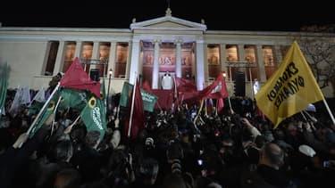 Des militants et sympathisants de Syriza célèbrent leur victoire devant leur leader, Alexis Tsipras.
