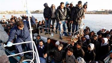 Plus d'un millier d'immigrés clandestins fuyant les troubles politiques en Afrique du Nord sont arrivés dans la nuit de dimanche à lundi sur l'île italienne de Lampedusa. Aucun de ces immigrés ne semble venir de Libye. /Photo prise le 7 mars 2011/REUTERS/