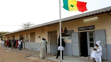 Bureau de vote à Dakar. Le Sénégal s'apprête à vivre ce dimanche l'élection présidentielle la plus contestée de son histoire récente dans l'ombre des violences qui ont suivi la validation de la candidature du président sortant, Abdoulaye Wade, en quête d'