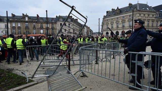 Les forces de l'ordre face aux gilets jaunes lors de la mobilisation du 5 janvier 2019 au Mans (Photo d'illustration).