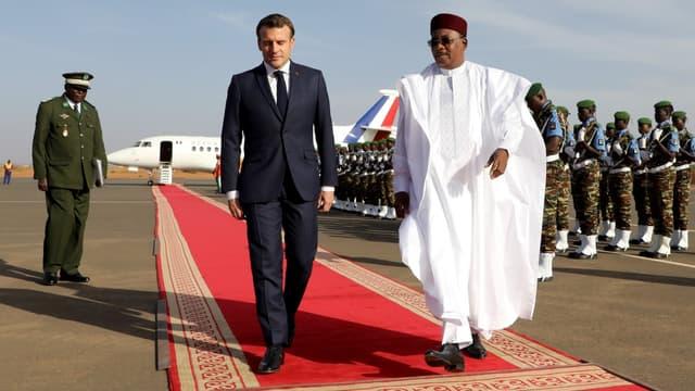 Emmanuel Macron accueilli par le président nigérien Mahamadou Issoufou à son arrivée à Niamey, le 22 décembre 2019
