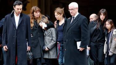 Le fils de Kate Barry, Lou Doillon, Jane Birkin et Charlotte Gainsbourg étaient présents jeudi aux obsèques de la photographe Kate Barry.