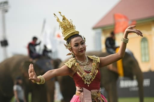 Une danseuse offre un spectacle de danse traditionnelle thaïlandaise, lors du tournoi de polo à dos d'éléphants à Bangkok, le 10 mars 2016